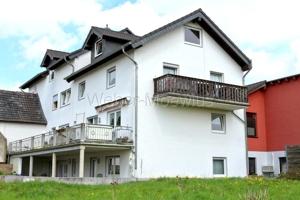 2679 Gebäudeansicht mit Balkonen + Terrasse