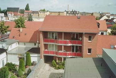 Außenansicht vom Innenhof mit PKW-Abstellplatz