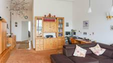 Wohn-/Essbereich mit hoher Decke
