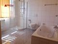 Tageslichtbad mit Dusche und Wanne