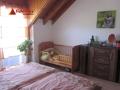 Das große Schlafzimmer mit kleinem Balkon