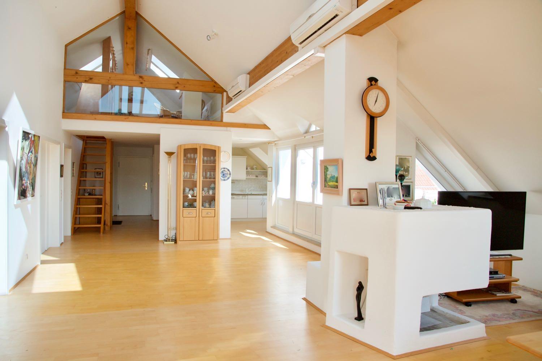 großzügiger Wohnbereich mit Blick zur Galerie