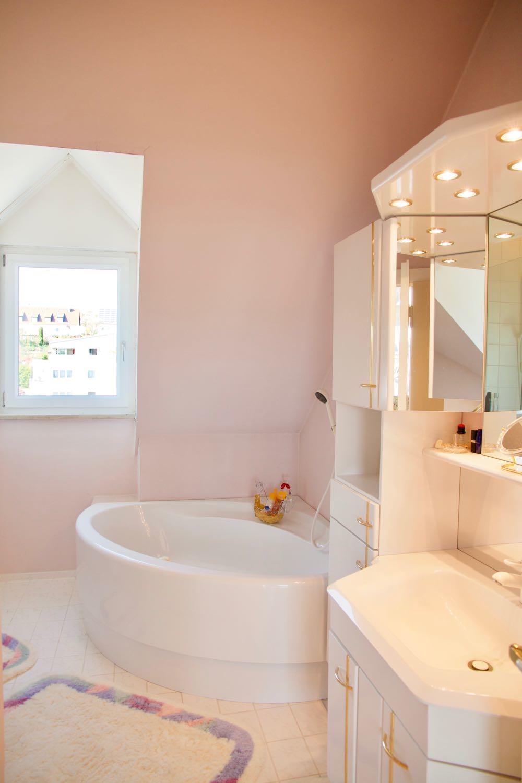 Badezimmer mit Dusche und Eckbadewanne