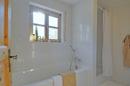 Bad mit Wanne und Dusche