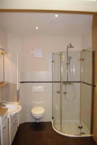 Bsp.: Bad mit Eckdusche und Waschtisch