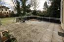 Terrasse mit Treppe in den großen Garten