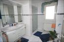 Das moderne Badezimmer neben dem Elternschlafzimmer