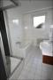 Badezimmer mit Wanne, Fenster und Dusche