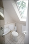 Badezimmer mit Fenster und ...