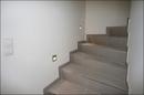 Treppe nach oben mit Treppenstufenbeleuchtung