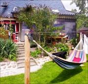 Gartenansicht mit Blick auf Terrasse und Sonnenbank