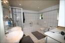 Großes Badezimmer mit Wanne und extra Dusche im EG