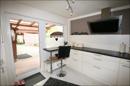 Esstheke in der Küche mit Ausgang zur kleinen Terrasse vor der Küche