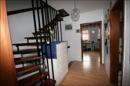 Flur im 1. OG mit Treppe in das Studio im DG