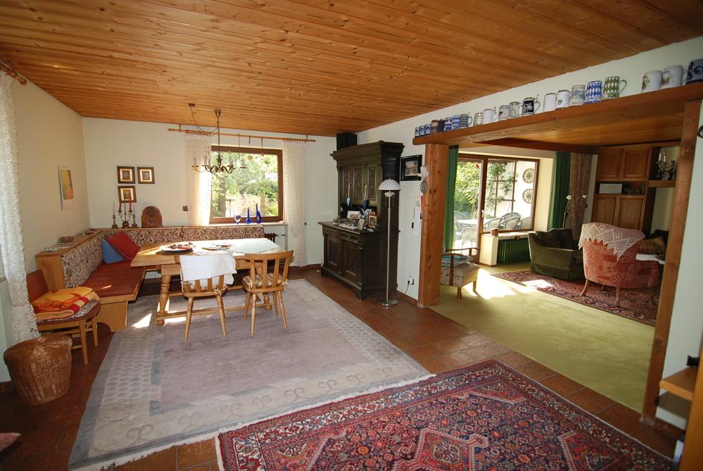 Essbereich mit Blick in das Wohnzimmer