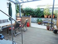 Glasüberdachte Terrasse mit Bangkirai-Holzboden