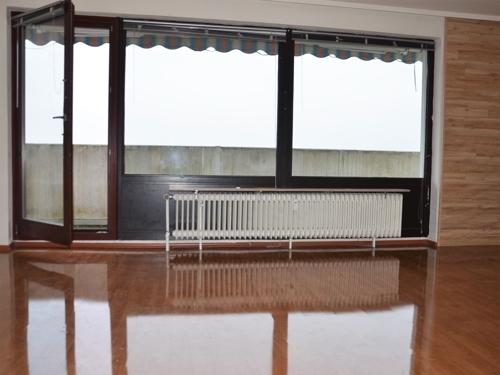 Wohnzimmer mit Ausgang zum Balkon