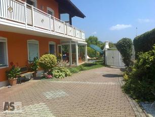 Haus mit Wintergarten im Sommer