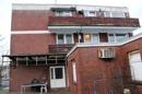 mit Balkonen und Überdachung
