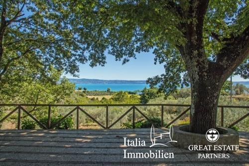 Traditionelle Villa mit Blick auf den Bolsena See, Panorama-Swimmingpool und gepflegtem Garten