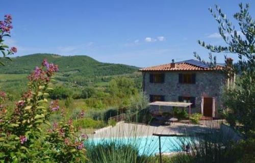 Bezugsfertiges Landhaus mit Veranda, Pool, Garten und Olivenhain in Panoramalage