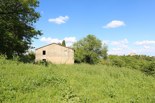 Restaurierungsbedürftiges Bauernhaus mit Nebengebäude in einmaliger Lage
