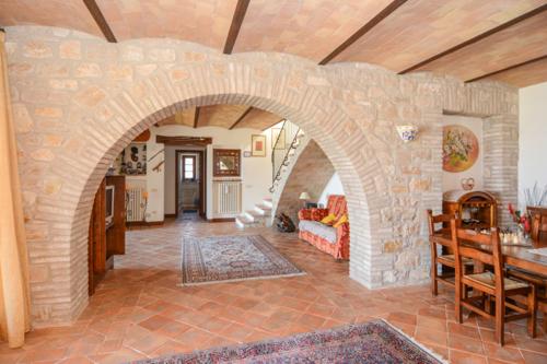 Charmantes Anwesen mit viel Platz und Blick auf den Lago di Corbara