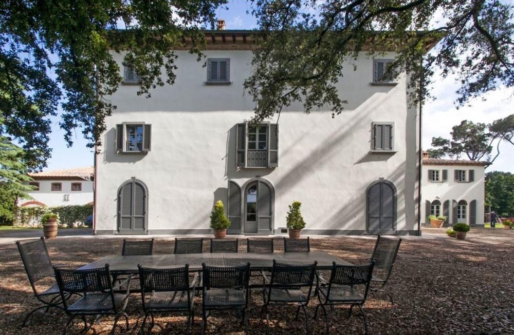 Villa mit Swimmingpool, Gästehaus, Nebengebäude und Land mit Weinberg und Olivenhain