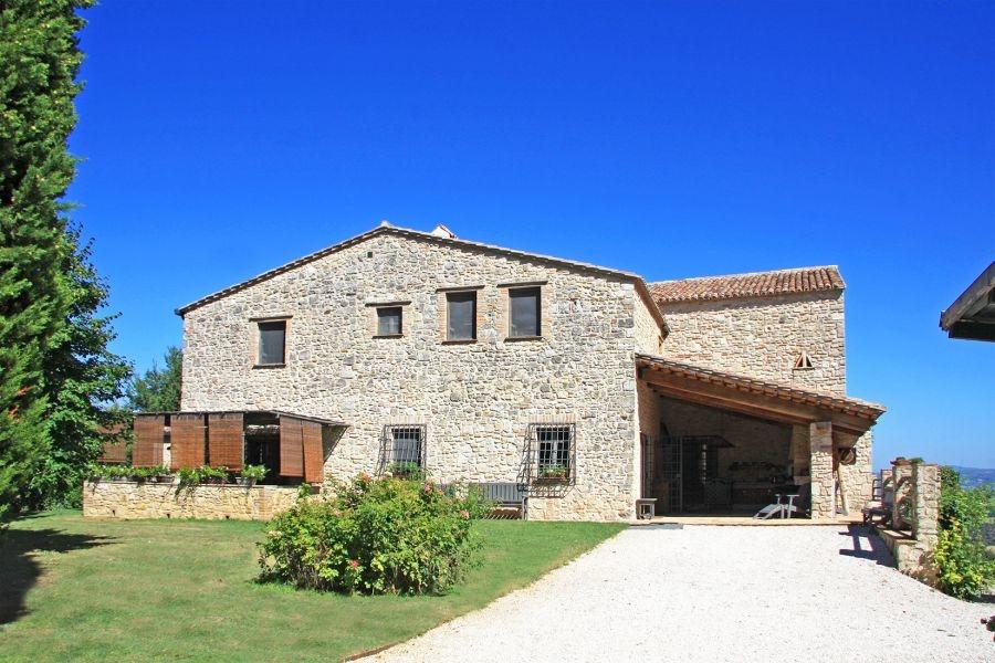 Geschmackvoll restauriertes Bauernhaus mit Pool, Wellnessbereich, Weinkeller und 11ha Land
