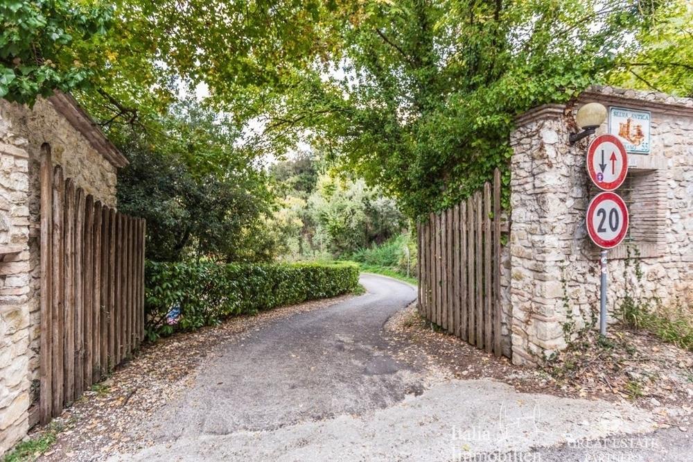 Landhaus mit 3500qm Garten in einer Wohnanlage 4km von Narni (24)