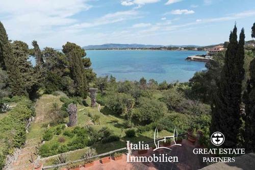 Exklusive Villa mit direktem Zugang zum Meer und 1 ha Land in Porto Santo Stefano