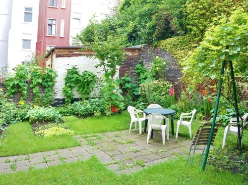 im Garten mit Terrasse