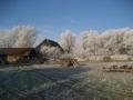 Blick vom Grundstück zum Haus im Winter