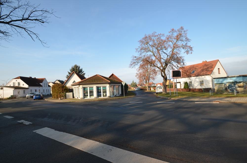 Blick von der gegenüberliegenden Straßenseite