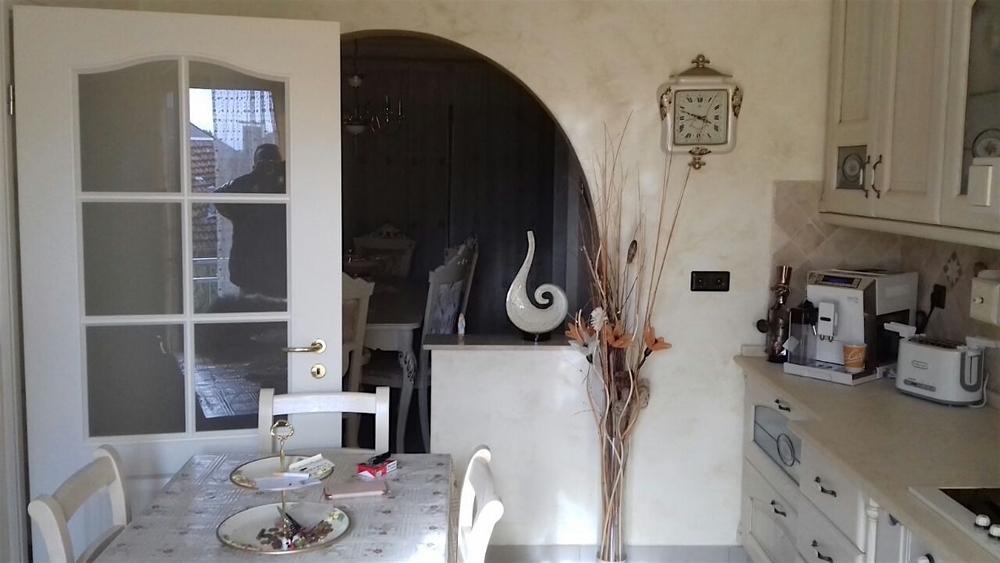 Küche mit Zugang zum Essbereich