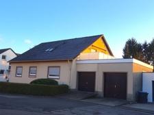 Hausfront Straßenseite mit Garagen