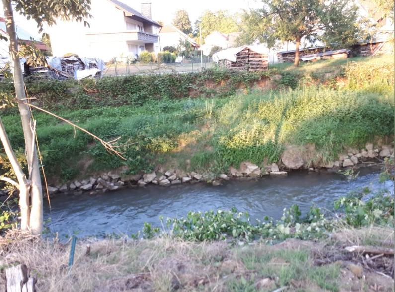 Fluss hinter dem Grundstück