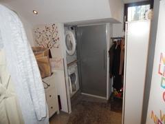 Waschküche mit Zugang zur Garage
