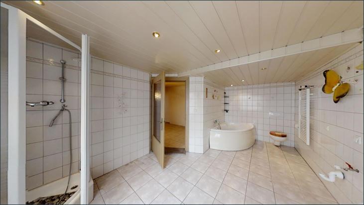 Bad mit Dusche, WC & Badewanne