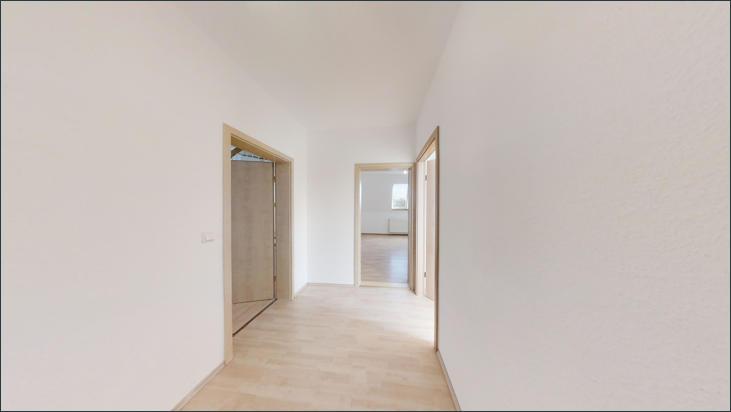 Flur mit Zugang zu Wohnzimmer und 2 weiteren Zimmern