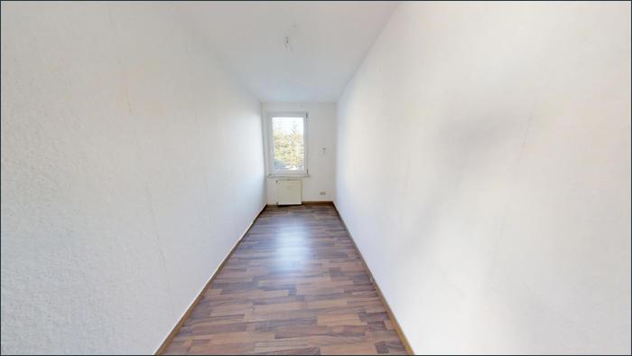 Zimmer in leerer Wohnung im OG