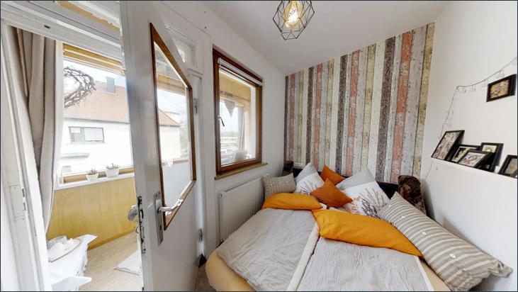 OG: Zimmer mit Wintergarten und Balkon