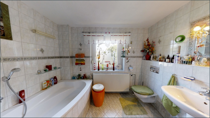 Bad mit Badewanne & WC