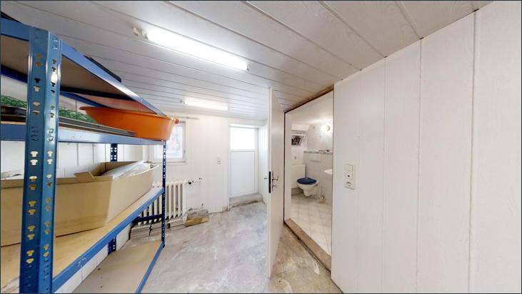 Raum im Keller mit Zugang zu WC