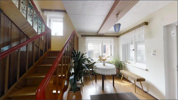 EG: Sitzecke und Treppenaufgang ins Obergeschoss