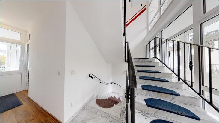 Eingangsbereich zur Praxis und Zugang zum Treppenhaus