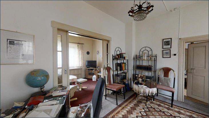 Durchgangszimmer mit Zugang zu Wohnzimmern und Flur