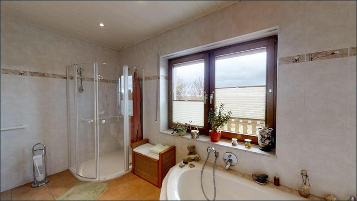 Badezimmer mit WC, Dusche und Badewanne