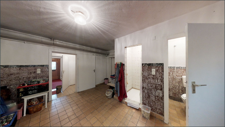 Raum im Keller mit Dusche und WC