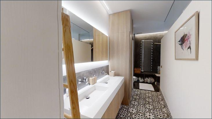 Badezimmer mit WC und Badewanne
